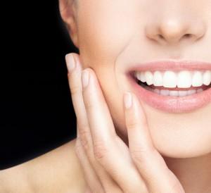 Denti bianchi con la tecnolgia Blue Light di Mentadent White Now